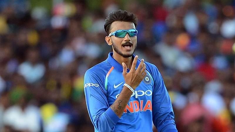 Indian cricketer Axar Patel (L) celebrates after he dismissed Sri Lankan cricketer Lakshan Sandakan during the first One Day International (ODI) cricket match between Sri Lanka and India at the Rangiri Dambulla International Cricket Stadium in Dambulla on August 20, 2017. / AFP PHOTO / LAKRUWAN WANNIARACHCHI