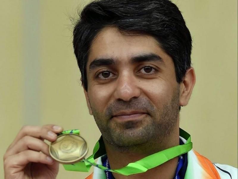 अपने स्वर्ण पदक के साथ अभिनव बिंद्रा